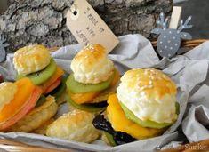 Burgery owocowe z suszoną śliwką zamknięte w cieście francuskim