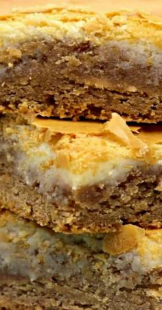 Looking for a simple cheesecake bars recipe? Wait until you try these Spice Cake Cheesecake Bars Recipe. Fall Dessert Recipes, Easy Cake Recipes, Fun Desserts, Thanksgiving Recipes, Holiday Recipes, Creamy Cheesecake Recipe, Cheesecake Bars, Simple Cheesecake, Pumpkin Coffee Cakes