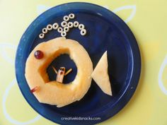 Create the story of Jonah in the belly of the big fish! Big Fish: cantaloupe sliced through without cutting in half; Jonah: Baby carrot with raisin eyes; Eyes and Mouth of Fish: red grapes. Creative Kids Snacks, Creative Food, Toddler Snacks, Kid Snacks, Summer Snacks, Cute Food, Good Food, Yummy Food, Sunday School Snacks
