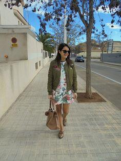 BOMBER Y FLORES - Temporada: Primavera-Verano - Tags: bomber,  - Descripción: Look con comber y vestido tipo maxy sudadera, combinado con zapatos masculinos y maxy bag.   #FashionOlé