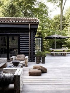 Home rustic exterior outdoor spaces Ideas Patio Design, Exterior Design, Interior And Exterior, Black Exterior, Exterior Paint, Rustic Exterior, Modern Exterior, Outdoor Rooms, Outdoor Gardens