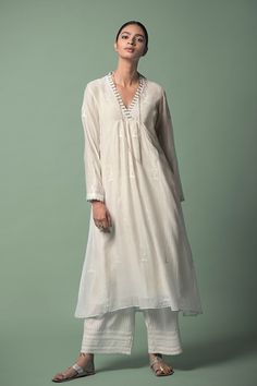 RABIA With light, breezy styles and gossamer-like fabrics, we bring you a spring collection of chanderi and handloom cotton ensembles with delicate embroideries. Pakistani Dresses, Indian Dresses, Indian Outfits, Indian Attire, Indian Ethnic Wear, Kurta Designs, Blouse Designs, Blouse Styles, Chic Outfits