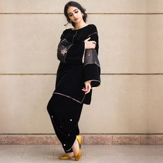 Black Box Cut velvet shirt with embroidered organza insert and shalwar with gotta work. Beautiful Pakistani Dresses, Pakistani Formal Dresses, Pakistani Fashion Casual, Pakistani Outfits, Formal Fashion, Velvet Pakistani Dress, Pakistani Dress Design, Kurti Designs Party Wear, Kurta Designs