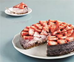 Sommerfrisk cheesecake med en dejlig smag af jordbær. Den smager som en drøm. Pynt med smeltet chokolade eller flødeskum, eller server den, som den er.