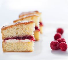 victoria sponge cake with cream and jam filling served with raspberries Dairy Free Victoria Sponge, Victoria Sponge Recipe, Victoria Sponge Cake, Sponge Cake Recipes, Cake Mix Recipes, Dessert Recipes, Keto Recipes, Healthy Recipes, Food Cakes