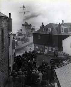 In summer 1952 the minesweeper HMS Wave ran aground at St Ives after her moorings broke. All of her crew were unharmed, most of them having been rescued from shore Cornwall Coast, St Ives Cornwall, Devon And Cornwall, Cornwall England, Pictures To Paint, Old Pictures, Old Photos, Naval History, England And Scotland