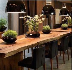 Sala de jantar em estilo rustico com madeira e contrastes de preto - Rustic dining room with wood and black touches.