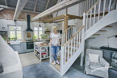 Drewniane schody w naturalnym oraz białym kolorze idealnie wpisują się w wystrój…