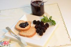 In Summertime Tuscan undergrowth are plenty of delicious blackberries. This easy to make recipe shows you how prepare a delicious homemade blackberry jam. Seedless Blackberry Jam, Homemade Blackberry Jam, Blackberry Jam Recipes, Watermelon Nutrition, Easy Bread Recipes, Soy Wax Melts, Easy Food To Make, Meals For One, Sauerkraut