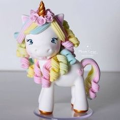 Minha versão #unicornio Cabeludae cacheada! ☁️ . . . Topo de bolo com 12 cm altura! . . . Orçamentos: michellepcampos@gmail.com