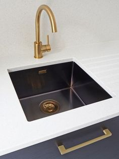 Adorable Outstanding Sink Ideas For Kitchen Home You Should Try. sink Outstanding Sink Ideas For Kitchen Home You Should Try Shaker Kitchen, New Kitchen, Awesome Kitchen, Black Undermount Sink, Gold Bad, Black Sink, Splashback, Washing Dishes, Küchen Design