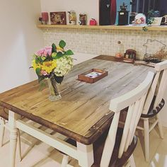 お気に入りのダイニングテーブルです。商品名が「プリン」らしく、家具屋さんのおじさんが「プリンちゃん」と呼んでいました…!ウォルナットと白いコントラストが大好きで、一目惚れしました。 カウンター下のタイルとマッチしてお気に入りの空間です。 #名古屋モザイク #ダイニングテーブル #ウォルナット #花のある暮らし #diy女子 #セリアdiy #コーヒーミル #針金アート #ワイヤークラフト #マイホーム #ハンドメイド部