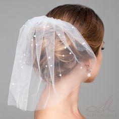Elegáns, különleges menyasszonyi birdcage fátyol, fejdísz. Tüll anyagból készült, melyet apró pici gyöngyök díszítenek. Könnyen a frizurára rögzíthető a hozzá tartozó fésű segítségével.