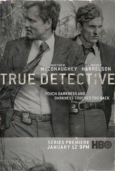 True detective – saison 1 'Nous sommes en 2012, dans la salle d'interrogatoire du commissariat d'une petite ville de Louisiane. Deux enquêteurs qu'on croirait évadés de Cold Case interrogent alternativement les agents Marty Hart (Woody Harrelson) et Rustin Cohle (Matthew Mc Conaughey) sur des faits vieux de 20 ans, soit au tout début des années 90.' True Detective Saison 1, Detective Series, Detective Theme, True Detective Rust, Critique Cinema, Cinema Tv, Serie Du Moment, Title Sequence, Louisiana