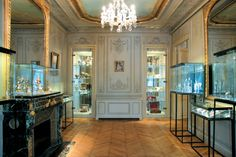 Fragonard Perfume Museum: 20 free museums in Paris - Linternaute. Close to the Opera Garnier, Fragonard installed its perfume museum in a mansion of Napoleon III. Between painted ceilings, stucco and romantic chandeliers, we discover a collection of perfumery objects from antiquity to the early twentieth century. © FRAGONARD PARFUMEUR