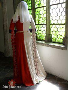 Cotehardie białoczerwone Mi-Parti z wełny, z przodu guziki, XIV wiek(ca. 1350-80)