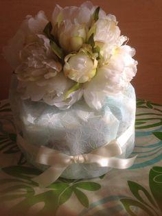 欧米の習慣「ベイビーシャワー」ギフトに人気のおむつケーキご案内です!エンボス素材の美しいラッピングペーパーで包みました。ピンクのおリボンまたは白いおリボンで装...|ハンドメイド、手作り、手仕事品の通販・販売・購入ならCreema。