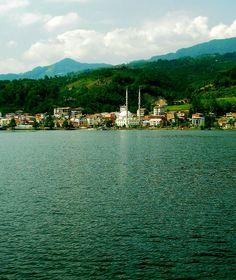 Ayvacık/Samsun/// Ayvacık, Samsun ilinin bir ilçesidir. İlçe merkezinde Yeşilırmak üzerine kurulmuş Suat Uğurlu Barajı Gölü ile iki kısma ayrılmıştır. İlçenin güneyinde, Erbaa yolu boyunca Hasan Uğurlu Barajı Gölü yine ilçeyi iki parçaya ayırmaktadır.