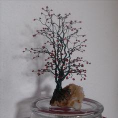 Baum aus Kupferdraht mit groben Dekosandsteinchen auf wunderschönem Stein