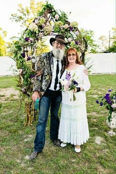 In Us Weekly's exclusive Duck Dynasty special issue, Uncle Si Robertson reveals the real reason why his wife, Christine, doesn't appear on the show Duck Dynasty Family, Duck Dynasty Cast, Dynasty Tv, Robertson Family, Sadie Robertson, Miss Kays, Duck Calls, Quack Quack, Duck Commander