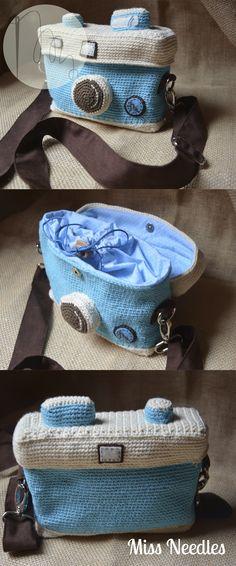 www.mneedles.blogspot.com Bolso cámara de fotos a ganchillo y forrada en algodón. Con doble cierre y cinto ajustable.