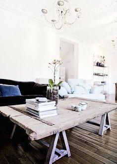 table basse en bois pour le salon, lustre vintage, fleurs
