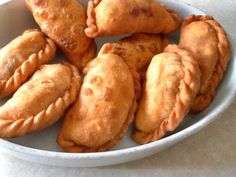 Curry puffs are popular snacks in Singapore, Malaysia and Indonesia. They are not only delicious to eat but easy to make, too. Check out these curry puff recipes here. Ravioli, Tortellini, Singapore Food, Singapore Malaysia, How To Make Curry, Wan Tan, Cooking Fresh Green Beans, Turnover Recipes, Asian Street Food