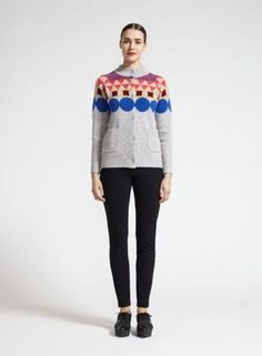 ハイネックのカーディガンは、グレーベースに幾何学模様があるのでお洋服初心者の方にも取り入れやすいです。
