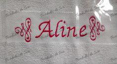 Toalha social Aline. Arabescos laterais e nome na cor rosa. Temos outras fontes de letras à sua escolha.Criação Bordados da Iuri.