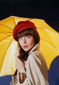 """BARBARA FELDON. (Pennsylvania, marzo de 1933) actriz estadounidense mejor conocida por su actuación en el""""Superagente 86"""". Creada por Mel Brooks una divertida parodia de espías tan de moda en los 60 gracias a James Bond. Su protagonista era el Agente 86 Maxwell Smart, un agente secreto de la agencia C.O.N.T.R.O.L. que pese a su ineptitud, siempre tenía la suerte de vencer a los villanos de turno. Barbara era su compañera, la sexy Agente 99, que con el tiempo se convertiría en su esposa…"""