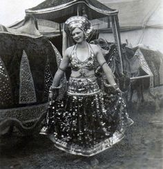 Circus Lady, 1930 - (photographer unknown) Love the huge turban! Old Circus, Circus Acts, Night Circus, Vintage Circus Photos, Vintage Photographs, Circus Pictures, Steampunk Circus, Circus Poster, Circus Performers