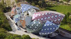 Un an et demi après son inauguration, la Fondation Louis Vuitton, l'oeuvre bluffante de l'architecte Frank Gehry, se transforme et se pare de couleurs...