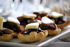 CHEZ SILVIA: Aperitivos Navidad: galletas saladas y barquitas rellenas de champiñones, tomates secos y jamón ibérico.