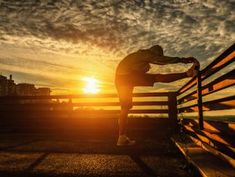 A beautiful sunrise is one of the benefits of an early-morning workout. But is this the best time of day for your body to exercise? Track Workout, Pilates Workout, Exercise, Weekly Workout Plans, Workout Schedule, Fitness Tracker, Fitness Goals, Workout Session, Health Quotes