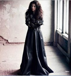Ella Maria Lani Yelich-O'Connor, más conocida por su nombre artístico Lorde, es una cantautora neozelandesa. A los 12 años de edad, firmó un contrato con la discográfica Universal Music, gracias a Scott Maclachlan, su futuro mánager.