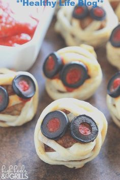 Make your Halloween Party special with these Spooky yet delicious Appetizers. These Finger foods & Dips are best Halloween Appetizers for Party you'll love. Entree Halloween, Halloween Fingerfood, Halloween Party Appetizers, Healthy Halloween, Halloween Food For Party, Halloween Ideas, Party Snacks, Halloween Decorations, Spooky Halloween