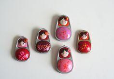 Lot de 5 aimants poupées russes roses et rouges réalisées à partir de capsules de canettes : Accessoires de maison par les-mobidulles