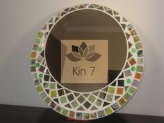 Kin 7 deco: Espejos mosaiquismo Mirror Mosaic, Mosaic Art, Window Art, Stained Glass, Decoupage, Diy And Crafts, Decorative Plates, Lily, Drawings