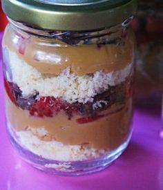 Receita de bolo no pote com morango e doce de leite