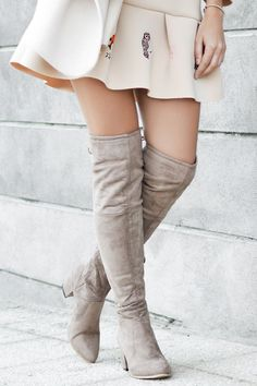 ¿No sabes cómo combinar tus #botas mosqueteras? ¡Te damos varias ideas! Vaqueros Boyfriend, Jersey Oversize, Skinny, Knee Boots, Leggings, Jeans, Clothes, Outfits, Shoes