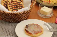 Las arepas con queso son uno de los elementos tradicionales de los desayunos en Colombia. Con esta receta podrás disfrutarlas todos los días. Colombian Food, Grated Cheese, Vegetarian Cheese, Empanadas, The Help, Appetizers, Cooking Recipes, Lunch, Pizza