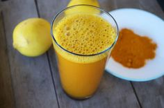 You have probably heard about lemon water and its many health benefits, but have you tried adding turmeric to it? Combining lukewarm lemon water and turmeric makes a powerful healing beverage Detox Tee, Turmeric Lemonade, Lemon Water In The Morning, Turmeric Detox, Turmeric Drink, Turmeric Water, Turmeric Root, Healthy Drinks, Natural Treatments