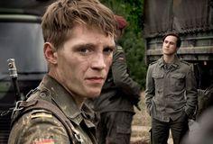 """Jonas Nay spielt in der Serie """"Deutschland 83"""" den DDR-Grenzsoldaten Moritz Stramm, der als Spion in die Bundeswehr eingeschleust wird."""