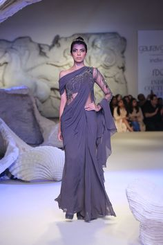 ICW 2016 Day Four is Drenched in the Scents of Vintage Florals and Royal Games Sari Design, Sari Blouse Designs, Latest Indian Fashion Trends, Asian Fashion, Indian Wedding Outfits, Indian Outfits, Indian Designer Outfits, Designer Dresses, Bridesmaid Saree