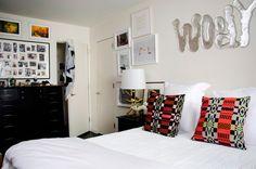 Um quarto com muito estilo.