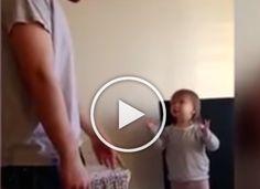 A kislány még talán nincs két éves, de úgy vitázik az apukájával, mint egy hölgy!