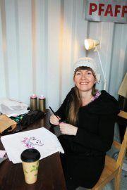 """TAITEISTAMINEN. Kuvataiteilija, sarjakuvapiirtäjä Katja Tukiainen            """"Sileälle ja ryhdikkäälle puuvillakankaalle on mukavinta piirtää. Tekstiilitussin jälki täytyy muistaa silittää tarpeeksi kuumalla, jotta se kestää pesua. Kuva leikataan irti kankaasta, haluttuun muotoon, ja aplikoidaan haluttuun tekstiiliin, esim. paitaan, kassiin, takkiin. Siksak-tikkaus estää samalla sekä kankaan rispaantumisen että kiinnittää kuvan reunoistaan tekstiiliin, johon se kiinnitetään. """"…"""