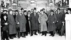 El alcalde de Madrid, José Francos Rodríguez (en el centro, con sombrero de copa), y su equipo de gobierno en la inauguración de los aseos de pago de Sol, el 18 de abril de 1911