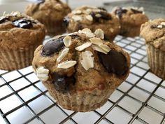Des muffins, c'est bon. Des muffins santé hyper faciles à faire. On adore. Cette version du classique muffin aux pépites de chocolat se cuisine en un rien de temps et se présente, aussi, en version sans gluten. Le voici, le voilà le muffin PépitoChocolat. Son nom dit tout. C'est Pépito… Chocolat!! Hahaha! Je vous ai... Muffins, Biscuits, Sweets, Cookies, Madame, Breakfast, Gluten, Galette, Cooking Ideas