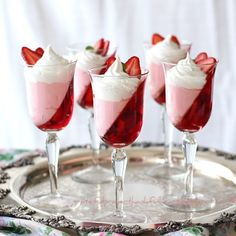 """Postres - Desserts - Jell-O Strawberry Parfait. """"A dessert that is light and pretty and won't harm your waistline. Jello Parfait, Dessert Parfait, Strawberry Parfait, Strawberry Jello, Dessert Cups, Danish Dessert, Strawberry Cookies, Quick Dessert, Simple Dessert"""